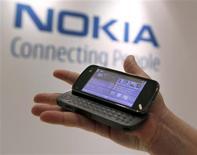 <p>Nokia, el mayor fabricante mundial de teléfonos celulares, reportó el jueves ganancias y ventas para el cuarto trimestre mejores a las esperadas por un aumento en la participación de mercado en el segmento de aparatos inteligentes, lo que impulsaba sus acciones. Las ganancias por acción para el cuarto trimestre cayeron a 0,25 euros, por debajo de las del mismo mes del año anterior, pero por encima de las estimaciones de los analistas, que esperaban una utilidad en un rango de entre 0,15 y 0,24 euros, según una encuesta de Reuters. REUTERS/Brendan McDermid/Archivo</p>