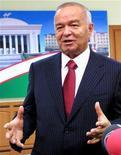"""<p>Президент Узбекистана Ислам Каримов двет интервью журналистам в Ташкенте 27 декабря 2009 года. Президент Узбекистана Ислам Каримов хочет активизировать сотрудничество с США и вернуть испорченные ранее отношения двух стран на уровень """"стратегического партнерства"""", говорится в постановлении главы государства, текстом которого располагает Рейтер. REUTERS/Cihan News Agency</p>"""