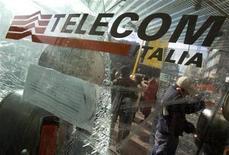 <p>Foto de archivo de un hombre utilizando una cabina telefónica de Telecom Italia en Roma, dic 3 2008. Italia puede presionar a los mayores accionistas de Telecom Italia para que se opongan a una venta de la firma a la española Telefónica, por que esa operación podría debilitar la red de comunicación del país, dijo el viernes un ministro. REUTERS/Chris Helgren</p>