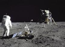 """<p>Lors de la mission Apollo 11 en 1969. La Californie a reconnu vendredi à 106 objets abandonnés sur la lune par l'équipage américain le statut de ressources historiques. Parmi ces objets, figurent la base du module d'alunissage, le drapeau américain, un capteur sismique et un miroir """"high tech"""". /Photo prise le 29 juillet 1969/REUTERS/NASA/Handout</p>"""