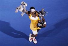 <p>Serena Williams derrotou a belga Justine Henin por 6-4, 3-6 e 6-2, neste sábado, para conquistar seu quinto título do Aberto da Austrália após um jogo tenso entre as duas melhores jogadoras de sua geração REUTERS/David Gray (AUSTRALIA - Tags: SPORT TENNIS)</p>