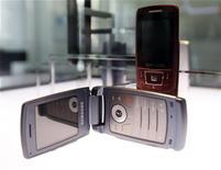 <p>Combinés Samsung. L'explosion de la demande pour de nouveaux combinés multimédias moins onéreux va doper le marché du 'smartphone' et la concurrence devrait se faire de plus en plus féroce en 2010 avec l'entrée en jeu de nouveaux acteurs. Les coréens Samsung et LG, peu actifs jusqu'à présent sur ce segment, devraient accroître leur offre. /Photo prise le 29 janvier 2010/REUTERS/Lee Jae-Won</p>