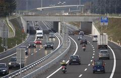 <p>Veicoli in autostrada. REUTERS/Christian Hartmann</p>