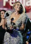 """<p>La cantante Beyonce sostiene su premio Grammy por la mejor actuación vocal femenina por """"Halo"""", durante la entrega de los galardones en Los Angeles, ene 31 2010. Una popular y deslumbrante mezcla de estrellas como Beyonce, Taylor Swift y Lady Gaga llevó a 25,8 millones de estadounidenses a ver los Premios Grammy, la mayor audiencia televisiva para la ceremonia en seis años, según las cifras preliminares del lunes. REUTERS/Mike Blake</p>"""