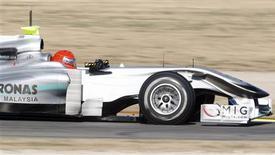 <p>O piloto de Fórmula 1 da Mercedes, o alemão Michael Schumacher, treina no circuito de Cheste, perto de Valência, na Espanha, nesta segunda-feira. REUTERS/Dani Cardona</p>