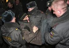 <p>Милиционеры задерживают участника митинга оппозиции в Москве 31 января 2010 года.Госдепартамент США выразил озабоченность очередным разгоном акции в защиту свободы собраний в Москве в минувшее воскресенье. REUTERS/Anton Tushin</p>