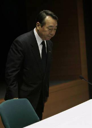 2月2日、トヨタ自動車の佐々木副社長は北米や欧州、中国で相次いで発表したアクセルペダルの不具合をめぐるリコールについて、同社日本側幹部として初めての会見を開いた(2010年 ロイター/Kim Kyung-Hoon)