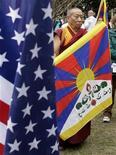 <p>Буддийский монах держит флаг Тибета во время митинга перед китайским посольством в Вашингтоне 10 марта 2009 года. Встреча президента Барака Обамы и Далай-ламы подорвет доверие между Китаем и США, которые и без того не в ладах из-за продаж американского оружия в Тайвань, заявил Пекин во вторник. REUTERS/Yuri Gripas</p>