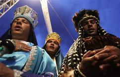 """<p>Hombres vestidos como los Reyes Magos durante una celebración de """"Folia de Reis"""" con bandas musicales, en Brasilia, 29 ene 2010. La moderna capital de Brasil es vista a menudo como estéril, pero un festival religioso musical que anualmente celebra la visita de los tres reyes magos para ver a Jesús muestra cuánta alma descansa detrás del terreno geométrico de la ciudad. Durante el fin de semana de """"Folia de Reis"""", los músicos cantan sobre religión y amor acompañados de instrumentos folclóricos. Tres reyes magos vestidos con coloridos trajes bendicen la música mientras besan cada una de las emblemáticas banderas de los grupos al término de sus presentaciones. REUTERS/Ricardo Moraes</p>"""