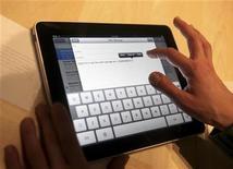 <p>L'iPad, la tablette tactile d'Apple dévoilée la semaine dernière, pourrait générer des ventes importantes en France, montre une étude de l'institut GfK sur le taux de notoriété et les intentions d'achats de l'appareil. /Photo prise le 27 janvier 2010/REUTERS/Kimberly White</p>