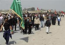 <p>Шиитские паломники идут по дороге по направлению к городу Кербела 2 февраля 2010 года. Не менее 20 человек погибли, еще 110 получили ранения в результате взрыва в иракском городе Кербела, сообщила полиция. REUTERS/Ahmed Malik</p>