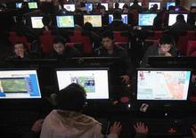 <p>Clienti in un internet cafe. REUTERS/Stringer</p>