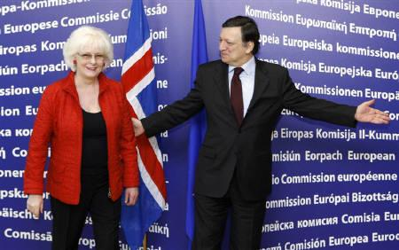 European Commission President Jose Manuel Barroso (R) welcomes Iceland's Prime Minister Johanna Sigurdardottir before their meeting at the EU Commission headquarters in Brussels, February 4, 2010.   REUTERS/Francois Lenoir