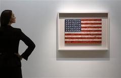 """<p>La obra """"Flag"""" del artista Jasper Johns en una exhibición en Christies en Londres. 5 feb 2010. Obras de la colección de arte del escritor estadounidense Michael Crichton serán vendidas por Christie's en Nueva York en mayo, según anunció el viernes la casa de subastas. REUTERS/Kevin Coombs</p>"""
