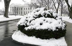 <p>La Casa Bianca innevata. REUTERS/Larry Downing</p>