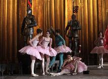 <p>Bailarinas da companhia Bolshoi ensaiam em Moscow, em dezembro. REUTERS/Denis Sinyakov</p>