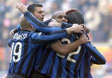 <p>Giocatori dell'Inter festeggiano la vittoria di oggi contro il Cagliari a San Siro. REUTERS/Paolo Bona</p>