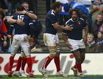 <p>Il francese Mathieu Bastareaud (a destra)festeggia la sua seconda meta durante l'incontro con la Scozia a Edinburgo per il Sei Nazioni di rugby. REUTERS/David Moir</p>