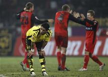 <p>Lucas Barrios do Borussia Dortmund reage durante jogo do Campeonato Alemão contra o Eintracht Frankfurt em Dortmund. O Borussia Dortmund perdeu em casa por 3 x 2. REUTERS/Ina Fassbender 07/02/2010</p>