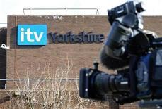"""<p>Imagen de archivo de una cámara a las afueras de las oficinas de la cadena británica de televisión ITV. 4 marzo 2009. La cadena británica de televisión ITV se declaró culpable ante el cargo de crueldad hacia los animales y fue multada el lunes por una corte australiana luego de que una rata fuese asesinada y comida en el reality show """"I'm a Celebrity ... Get Me Out of Here"""". REUTERS/Nigel Roddis/archivo</p>"""