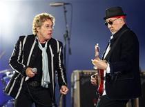 <p>Roger Daltrey (I)y Pete Townshend (D), integrantes de la mítica banda de rock The Who, en su actuación del domingo en el entretiempo del Super Bowl de la NFL en Miami. REUTERS/Jeff Haynes</p>
