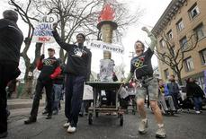 <p>Manifestantes contra a pobreza demonstram sua versão da tocha olímpica nas ruas de Vancouver, British Columbia. A tocha verdadeira chega nesta semana à cidade sede da Olimpíada de Inverno. REUTERS/Andy Clark 07/02/2010</p>