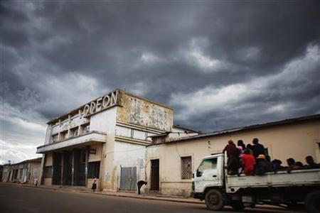 Storm clouds gather above an abandoned former cinema dating from the Portuguese colonial era on a downtown street in the Angolan city of Lubango, January 24, 2010. REUTERS/Finbarr O'Reilly
