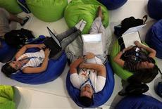 """<p>Persone che navigano sul Web durante il """"Campus Party"""" a San Paolo del Brasile. REUTERS/Paulo Whitaker</p>"""