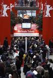 <p>Pessoas fazem fila para comprar ingressos para o Festival de Cinema de Berlin. A 60a edição do festival de cinema começa nesta quinta-feira e vai até 21 de fevereiro. REUTERS/Thomas Peter 08/02/2010</p>