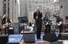 """<p>Imagen de archivo de la banda estadounidense R.E.M., creadores de la canción """"Everybody Hurts"""", en Nueva York. 1 abril 2008. Una versión de """"Everybody Hurts"""", grabada para ayudar a las víctimas del terremoto de Haití, se ha convertido en el single de ventas más rápidas de la caridad inglesa en el siglo en sólo dos días, dijo el martes Official Charts Company. REUTERS/Chip East/archivo</p>"""