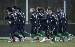<p>Футболисты сборной Литвы на тренировке в Каунасе 27 марта 2009 года.Новым тренером сборной Литвы по футболу стал Раймондас Жутаутас, сообщила федерация футбола страны во вторник. REUTERS/Ints Kalnins</p>