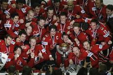 """<p>Игроки канадской сборной позируют с трофеем после победы над сборной Финляндии на Чемпионате мира по хоккею с шайбой в Москве 13 мая 2007 года. Амбиции Канады по завоеванию олимпийского """"золота"""" на играх в Ванкувере не могут считаться серьезными, если среди этого """"золота"""" не будет медалей высшей пробы, завоеванных на хоккейной площадке. REUTERS/Grigory Dukor</p>"""