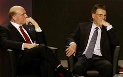<p>Steve Ballmer, presidente Microsoft, e Olli-Pekka Kallasvuo, presidente di Nokia, durante il Congresso di Gsma. Foto d'archivio. REUTERS/Gustau Nacarino</p>