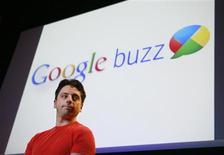<p>Le co-fondateur de Google, Sergey Brin, lors d'une conférence de presse mardi à Mountain View en Californie. Le géant américain compte sur l'important réservoir d'utilisateurs de sa messagerie Gmail pour lancer Google Buzz, un ensemble de fonctionnalités communautaires destinées à concurrencer Facebook et Twitter. /Photo prise le 9 février 2010/REUTERS/Robert Galbraith</p>