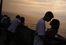 <p>Coppie che si baciano nel giorno di San Valentino a Lima, in Perù. REUTERS/Pilar Olivares</p>