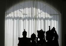 <p>Cantanti mongoli nei loro abiti tradizionali in foto d'archivio. REUTERS/Bobby Yip</p>