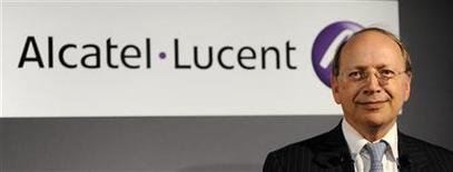 <p>Le directeur général d'Alcatel-Lucent, Ben Verwaayen. L'équipementier télécoms a abaissé son objectif de marge d'exploitation ajustée pour 2010 après avoir publié une perte nette de 524 millions d'euros en 2009. /Photo prise le 31 octobre 2009/REUTERS/Jacky Naegelen</p>