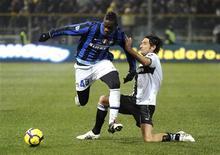 <p>Mario Balotelli (esq.) do Inter de Milão fez o gol do empate contra o Parma no jogo do Campeonato Italiano nesta quarta-feira, que encerrou com placar de 1 X 1. 10/02/2010 REUTERS/Paolo Bona</p>