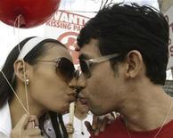 """<p>Casal filipino se beija em """"Festival do Beijo"""" durante passeata em Manila em 2007. Um matemático australiano criou uma nova fórmula do amor para calcular a idade certa para o casamento 24/01/2007 REUTERS/Joseph Agcaoili</p>"""