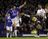 <p>Jogadores disputam bola em jogo entre Everton e Chelsea. A corrida pelo título do Campeonato Inglês ficou mais equilibrada nesta quarta-feira, quando o líder Chelsea caiu diante do Everton por 2 x 1 e o vice-líder Manchester United empatou em 1 x 1 com Aston Villa. Já o Arsenal, terceiro na tabela, derrotou o Liverpool por 1 x 0.10/02/2010.REUTERS/Phil Noble</p>
