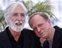 """<p>O diretor Michael Haneke (esq.) e o ator Ulrich Tukur do filme """"A Fita Branca"""", que estreia nesta semana em circuito nacional, participam do 62o. Festival de Cinema de Cannes. 21/05/2009 REUTERS/Jean-Paul Pelissier</p>"""