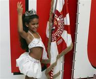 <p>Júlia Lira, de 7 anos, rainha da bateria da Viradouro, posa para foto durante entrevista coletiva no Rio de Janeiro. 10/02/2010 REUTERS/Luiza Barros</p>