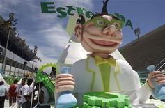 <p>Préparatifs en vue du carnaval, à Rio de Janeiro. Le maire de Sao Lourenço, une ville du Brésil, a interdit de jouer de la musique funk ou du rap durant les festivités du carnaval, dont le coup d'envoi était donné vendredi dans l'ensemble du pays. Le rap et le funk sont considérés comme des chansons susceptibles d'inciter à la violence et à l'irrespect envers l'autorité. /Photo prise le 12 février 2010/REUTERS/Bruno Domingos</p>