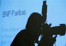 <p>Фотограф делает снимок во время пресс-конференции французского банка BNP Paribas в Брюсселе 6 октября 2008 года. Итальянец Пьетро Мастурцо выиграл престижный международный конкурс фотожурналистов World Press Photo, благодаря снимку из Тегерана. REUTERS/Francois Lenoir</p>