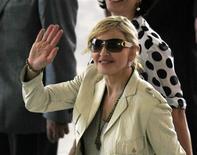 <p>La cantante Madonna saluda a su ingreso al palacio Bandeirantes para una reunión con el Gobernador de Sao Paulo, José Serra, Brasil, feb 10 2010. La dos veces divorciada estrella del pop Madonna emprenderá una nueva profesión, la de jueza de matrimonios, cuando realice una extraña aparición televisiva en un show producido por el comediante Jerry Seinfeld sobre parejas con problemas. REUTERS/Paulo Whitaker</p>
