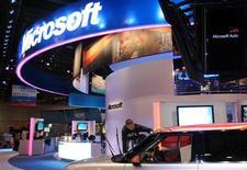 <p>Microsoft va dévoiler un nouveau logiciel pour téléphones mobiles lundi, selon une source proche de la firme de Redmond. /Photo d'archives/REUTERS/Steve Marcus</p>