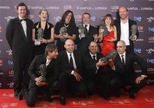 """<p>Miembros del elenco del filme español """"Celda 211"""" posan con sus premios Goya durante la ceremonia de entrega de los galardones realizada en Madrid, feb 14 2010. REUTERS/Susana Vera (SPAIN)</p>"""