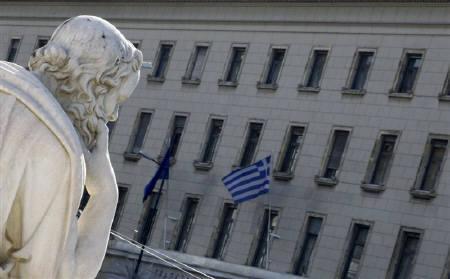 2月14日、独紙ビルト日曜版に掲載された世論調査によると、必要であればギリシャをユーロ圏から除外すべきとの回答が過半数に上った。写真はギリシャ国旗。5日撮影(2010年 ロイター/Yiorgos Karahalis)