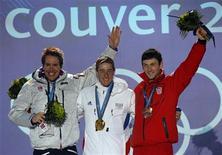 <p>Олимпийские призеры спринтерской гонки по биатлону на 10 километров: француз Венсан Жей(в центре), получивший золотую медаль, норвежец Эмиль-Эгле Свендсен (слева), пришедший вторым, и хорват Яков Фрак, финишировавший третьим, 14 февраля 2010 года. Второй день Олимпийских игр стал для сборной России менее удачным, чем первый, - спортсмены из РФ остались без медалей. REUTERS/Mike Segar</p>