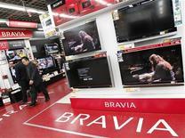 <p>Una serie di televisori Lcd Sony in un negozio di elettronica a Tokyo. REUTERS/Toru Hanai</p>
